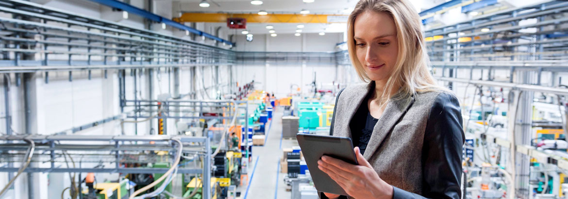 Supply Chain Management - Frau mit Tablet in Produktionshalle