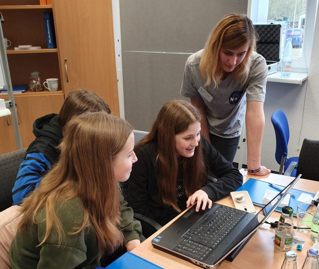 Mädchen erkunden am it-motive Girlsday die IT-Welt